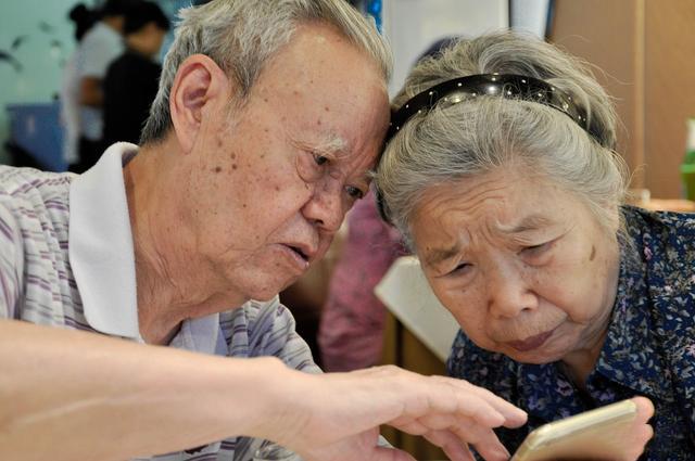 推动解决老年人智能设备使用困难